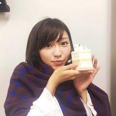 ケーキを手に持っている立石晴香