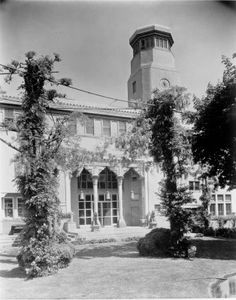 Loggia o galeria original de Laurelton Hall, la mansion de Louis Comfort Tiffany en Laurel Hollow, un pueblecito en la costa noroeste de Long Island.  La mansion, finalizada en 1905,  fue vendida en 1949, se quemo en 1957.  La reconstruccion de la loggia es una de la piezas principales del Charles Engelhard Court del Ala Americana del MET, el Metropolitan Museum of Art en la 5ª Avenida de Nueva York