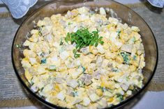 Sałatka z marynowanych pieczarek jest doskonała na wszelkiego rodzaju szybkie imprezy ze znajomymi. Marynowane pieczarki nadają interesującego smaku. Polish Recipes, Polish Food, Happy Foods, Fried Rice, Risotto, Potato Salad, Fries, Potatoes, Ethnic Recipes