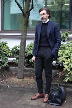 ネイビーテーラードジャケット×白ハイネック・黒クルーネックニット重ね着×黒スラックス×ダブルモンクストラップ茶