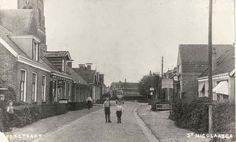 Kerkstraat in St.Nicolaasga. Winkeltje met uithangbord DE is van mijn grootmoeder geweest; Beppe van der Leest. Pake is op jonge leeftijd aan een hartaanval overleden, dus heeft Beppe de kinderen vanaf dat moment alleen opgevoed. Mijn vader was toen slechts 8 jaar oud en de oudste uit het gezin.