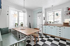 Kök Kitchen Booths, 50s Kitchen, Home Decor Kitchen, Kitchen Interior, Kitchen Dining, Retro Apartment, Bedroom Closet Design, A Frame House, Scandinavian Kitchen