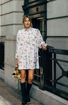 The Street Style at London Fashion Week Is So Good, It'll Inspire You For Months to Come Stylish Street Style, Street Style Trends, Women's Dresses, Dresses Online, Black Women Fashion, Womens Fashion, Cheap Fashion, Ladies Fashion, Retro Fashion