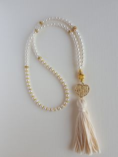 A beautiful and lustrous Swarovski crystal pearl tasbih with gold plate findings and cream tassel. This tasbih has 99 beads of 5 mm and is approximately cm long. Drap Satin, Ramadan Decoration, Jewelry Crafts, Handmade Jewelry, Islamic Gifts, Prayer Beads, Heart Charm, Tassel Necklace, Swarovski Crystals