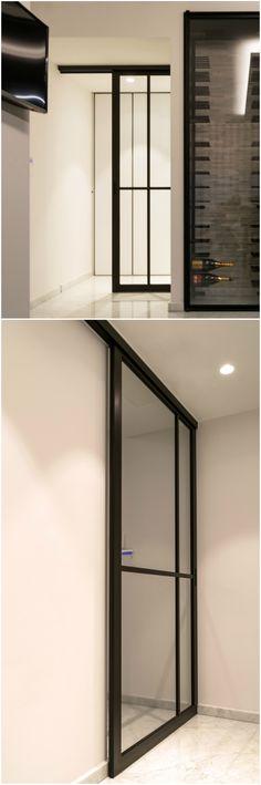 Stalen schuifdeur met glas concept van Anyway Doors. Deze deur wordt gemaakt van zwart geanodiseerd aluminium i.p.v. staal wat ze licht en gebruiksvriendelijk maakt. Ook het kostenplaatje komt het innovatief materiaalgebruik ten goede!