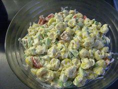 Das perfekte Tortellini Salat-Rezept mit Bild und einfacher Schritt-für-Schritt-Anleitung: Die Käsetortellini nach Packungsanleitung kochen, abschrecken…