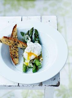 Grønne asparges og pocheret æg serveret med urtetoast