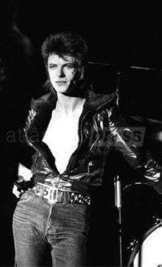vezzipuss.tumblr.com — David Bowie, Circa 72 〰️⚡️〰️
