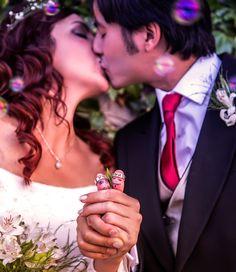 Muy divertida y original la foto que nos envían Maite y David de sus alianzas personalizadas en el día de su boda