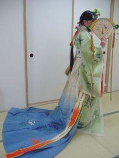 浦安舞 A miko in full junihitoe dress