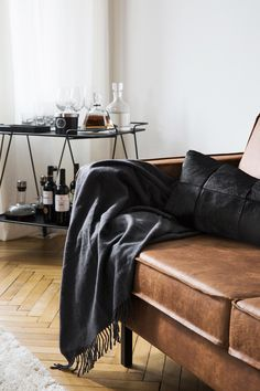 """This is how the """"Black & Brown"""" look works: Trendy yet timeless - a leather couch in cognac brown is super hip and revives the style of the Seventies. Sofa Bed Red, Sofa Bed With Chaise, Sofa Bed Size, Luxury Homes Interior, Home Interior Design, Apartment Size Sofa, Modern Apartment Decor, Modern Sofa Designs, Sofa Shop"""