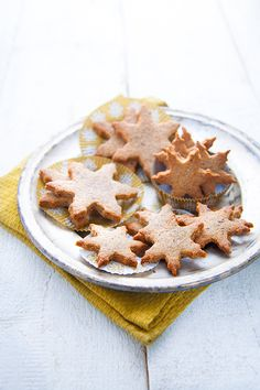 Biscuits de Noël vegan noisette & cannelle , sucre, poudre de noisette, farine, margarine, huile, boisson au soja, petit épeautre et noisette