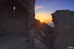 Chaud et froidCoucher de soleil, chapelle San-Jordi, château de Peyrepertuse, Aude, France Photo : Philippe Contal • www.PhilippeContal.info • 27 mars 2014 Nikon D800 | Nikkor 24 mm #TerresCathares ↓...