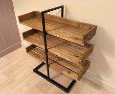 Création d'un meuble en bois de palette, permettant de ranger des chaussures sur 3 niveaux. Le meuble est un assemblage original de bois et de métal pour donner un style industriel à ce range…