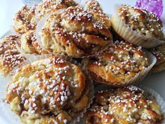 Saftiga och goda glutenfria bullar med underbar smak av kardemumma. Förutom kardemumma har jag även kanel och vanilj i mina bullar men det går bra att utesluta om du vill ha rena kardemummabullar.