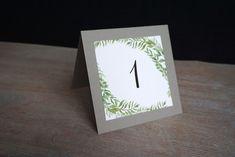 Numéros de table imprimables de style végétal : élégant et adaptable à beaucoup de thèmes de mariage - nature, élégant, bohème, vintage/rétro et à toutes les couleurs en changeant simplement le carton de support. à télécharger gratuitement! Free download - botanical table number