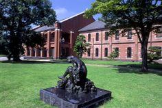 【兵庫県 姫路市立美術館】赤レンガの美術館は、世界文化遺産の姫路城を仰ぐ景観の中にあります。建物の歴史は古く、2003年には国の登録有形文化財に認定されました。館内には3つの展示空間と、アートライブラリー、ミュージアムカフェがあります。庭園には13体の彫刻が設置され、市民の憩いの場として親しまれています。【問い合わせ先】〒670-0012 兵庫県姫路市本町68-25 TEL:079-222-2288 開館時間:10:00~17:00(開門は9:00より)  休館日:毎月曜日(祝休日の場合は開館、翌日休館)、年末年始 ※展示替えなどで臨時休館をすることがあります。 http://www.city.himeji.lg.jp/art/  #Hyogo_Japan #Setouchi