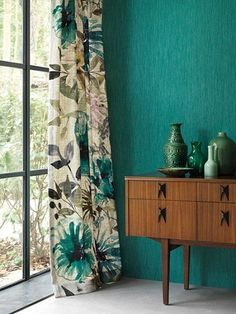 turquoise curtains accents sideboard exotic look floral .- turquoise curtains accents sideboard exotic look floral motifs deco vases Source by wohnklamotte - Floral Curtains, Teal Walls, Room Decor, Decor, Curtains Living Room, Interior, Curtains Bedroom, Retro Curtains, Floral Wallpaper Bedroom
