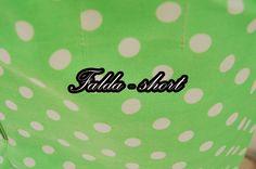 Falda-short color verde con puntos blancos. Hecho de tela con un porcentaje de algodón en mayor medida y un porcentaje de poliéster en menor medida.  Medidas: Cintura: 72 ~ 75 cm aproximadamente Cadera: 90 cm Largo: 39 cm  Precio: $200.00 MXN (pesos mexicanos)