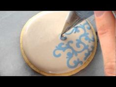 Piping Filigree in Royal Icing (video)Wow that would take a long time to do a batch of sugar cookies. Fancy Cookies, Iced Cookies, Cupcake Cookies, Sugar Cookies, Cake Decorating Techniques, Cake Decorating Tutorials, Cookie Decorating, Icing Tips, Frosting Tips