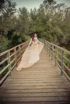 Hoy os dejamos con una imagen preciosa de una novia Panambi con una espectacular cola color salmón...Detalles que marcan la diferencia y que a nosotras nos enamoran!  Para mas información llámanos sin compromiso al 954 127 227 y pide tu cita.