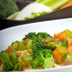 Салат из удона с огурцами, брокколи и горохом