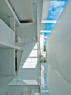 Escultural, a escada de concreto foi chumbada na fundação e na laje do segundo piso. O branco e as formas geométricas compõem o cenário com a chaise longue Rio, de Oscar Niemeyer, e a mesa de Isamu Noguchi (Cartoon). O projeto desta casa em Brasília é assinado pelo arquiteto Paulo Henrique Paranhos.