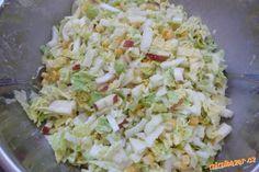 Osvěžující salát z čínského zelí čínské (pekingské) zelí, jablíčka, kukuřice, majonéza, sůl, bílý pepř  POSTUP PŘÍPRAVY  Zelí nakrájíme nadrobno, přidáme na kostičky nakrájená jablíčka a kukuřici. Posolíme, popepříme a vmícháme trošku majonézy, zelenina ještě pustí šťávu, takže s majonézou opatrně. Low Carb Recipes, Snack Recipes, Slovak Recipes, Healthy Salads, What To Cook, Cabbage, Recipies, Food And Drink, Dinner