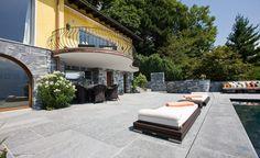Der Aussenpool und die Terrasse sind in Onsernone ausgeführt.