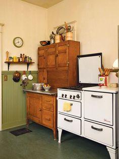 Farmhouse style antique kitchen. 1930s Kitchen, Old Kitchen, Country Kitchen, Kitchen Art, Kitchen Tools, Cabinet Hoosier, Kitchen Stove, Kitchen Cabinets, Cupboards