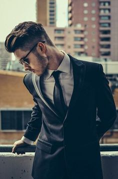 18 Cortes de cabello que debe usar mi próximo novio | The beauty of a suit is its simplicity. Plus the glasses and the #beard. #mensfashion #menstyle