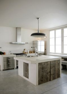 Traditional country kitchens are a design option that is often referred to as being timeless. Over the years, many people have found a traditional country kitchen design is just what they desire so they feel more at home in their kitchen. Concrete Kitchen Floor, Concrete Floors, Kitchen Flooring, Concrete Wood, Beton Design, Küchen Design, House Design, Interior Design, Design Ideas