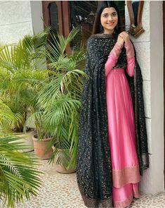 Simple Pakistani Dresses, Indian Gowns Dresses, Pakistani Dress Design, Pakistani Couture, Embroidery Suits Punjabi, Embroidery Suits Design, Stylish Dress Designs, Stylish Dresses, Casual Dresses