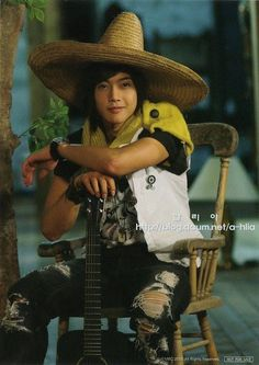Kim Hyun-Joong (김현중) of SS501...cute with that hat ... !! ... Could you give me a serenade ??