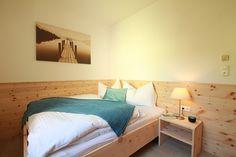 Zirbenbett gefertigt in unserer Tischlerei im Apartment Salzkammergut in Bad Ischl bei Familie Braumandl.