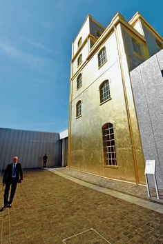 Gold leafed building ´the Haunted House´, tower in the compound of the Fondazione Prada Milan, by Rem Koolhaas. NRC dd.16 mei 2015.