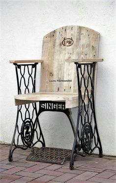 DIY Ideas for Pallet Furniture Projects and Plans. on Wood Pallet Furniture… Redo Furniture, Woodworking, Wood Projects, Sewing Table, Repurposed Furniture, Furniture Projects, Old Sewing Machines, Pallet Chair, Sewing Machine Tables