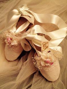 ALPARGATAS NOVIA. LACESTITA DE GEMA -  En esta página os presento mís alpargatas de novia, comunión, arras y fiesta. Espero que os gusten. Estan creadas con todo  elcariño y cuidado que requiere un día tan especial. Todas tienen el encanto y la personalidad de quien las luce y espero que cada u... Ballet Shoes, Dance Shoes, Beach Sandals, Boho Dress, Boho Chic, Shoe Boots, Espadrilles, Sneakers, Womens Fashion