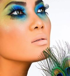Pfau inspiriert dramatische Augen Make-up-Ideen promlooks Peacock Eye Makeup, Dramatic Eye Makeup, Dramatic Eyes, Pfau Make-up, Regard Intense, Peacock Costume, Fantasy Make Up, Hallowen Costume, Makeup Samples