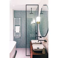 Une salle de bain avec un mur unique en couleur grâce à la crédence vert d'eau. #bathroom #bathroomideas #bathroomdesign #salledebain #bathroomremodel #baignoire #douche #bath #bathub # bois #meuble #amenagement petite #carreaux de ciment #couleur #carrelage #originale #douche #recup # italienne #industrielle #grise #cocooning #contemporaine #pierre # sous pente # suite parentale