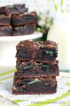 Fudge Mint Gooey Brownie Bars - brownie, mint cookies and baking chips, and hot fudge make these bars irresistible www.insidebrucrewlife.com