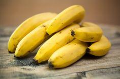 Can a Diabetic Eat Bananas – Banana Is Good Or Bad For Diabetes! Good Foods To Eat, Foods To Avoid, Skin Whitening Foods, Clear Skin Diet, Banana Madura, Dietas Detox, Banana Benefits, Eating Bananas, Pregnancy Health