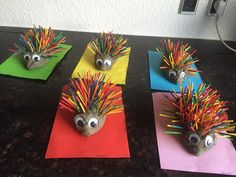Lav et super sjovt regnbuepindsvin af farvede pind. Diy Leather Ornaments, Beaded Ornaments, Math For Kids, Diy For Kids, Paper Spinners, Crochet Cactus, Rainbow Paper, Spinner Toy, Unicorn Crafts