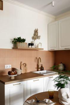 Living în bucătărie și culori de toamnă într-o garsonieră de 44 m² Kitchen Nook, Kitchen Cabinets, Small Apartments, Future House, Architecture Design, Kitchen Design, Sweet Home, House Design, Living Room
