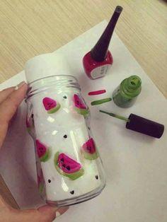 Para los lovers de las sandías. Decora tus botes fácilmente con esmalte de uñas Mason Jar Crafts, Bottle Crafts, Mason Jars, Bottles And Jars, Glass Jars, Easy Crafts, Diy And Crafts, Watermelon Birthday, Painted Jars