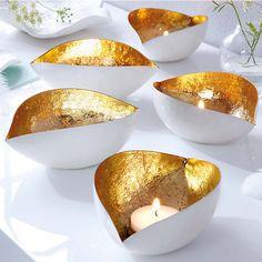 Die edlen Teelicht-Schalen sind ein wahrer Blickfang auf jedem Tisch. Die Innenseite ist handgefertigt. #entspannen #wohlfühlen #kerzen #gold #weltbild