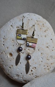 Boucles d'oreilles avec tissu beige et anneaux bronze : Boucles d'oreille par libelula-crea Paper Jewelry, Textile Jewelry, Fabric Jewelry, Wire Jewelry, Jewelry Crafts, Beaded Jewelry, Jewelery, Fabric Earrings, Wire Earrings