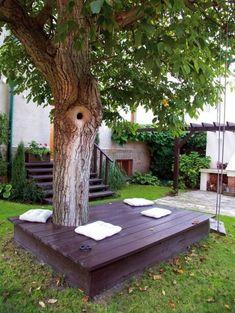 Sitzbank um Baum herum Kissen Relaxzone Garten gestalten Ideen