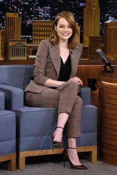 dressed this week: 28 November Emma Stone appeared on The Tonight Show with Jimmy Fallon wearing a smart, heritage trouser suit.Emma Stone appeared on The Tonight Show with Jimmy Fallon wearing a smart, heritage trouser suit. Business Casual Outfits For Women, Casual Work Outfits, Mode Outfits, Business Attire, Office Outfits, Work Attire, Classy Outfits, Fashion Outfits, Business Formal Women
