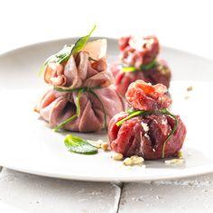 Een verrassing op tafel...deze timbaaltjes van vitello tonato of runder carppaccio gevuld met salade.